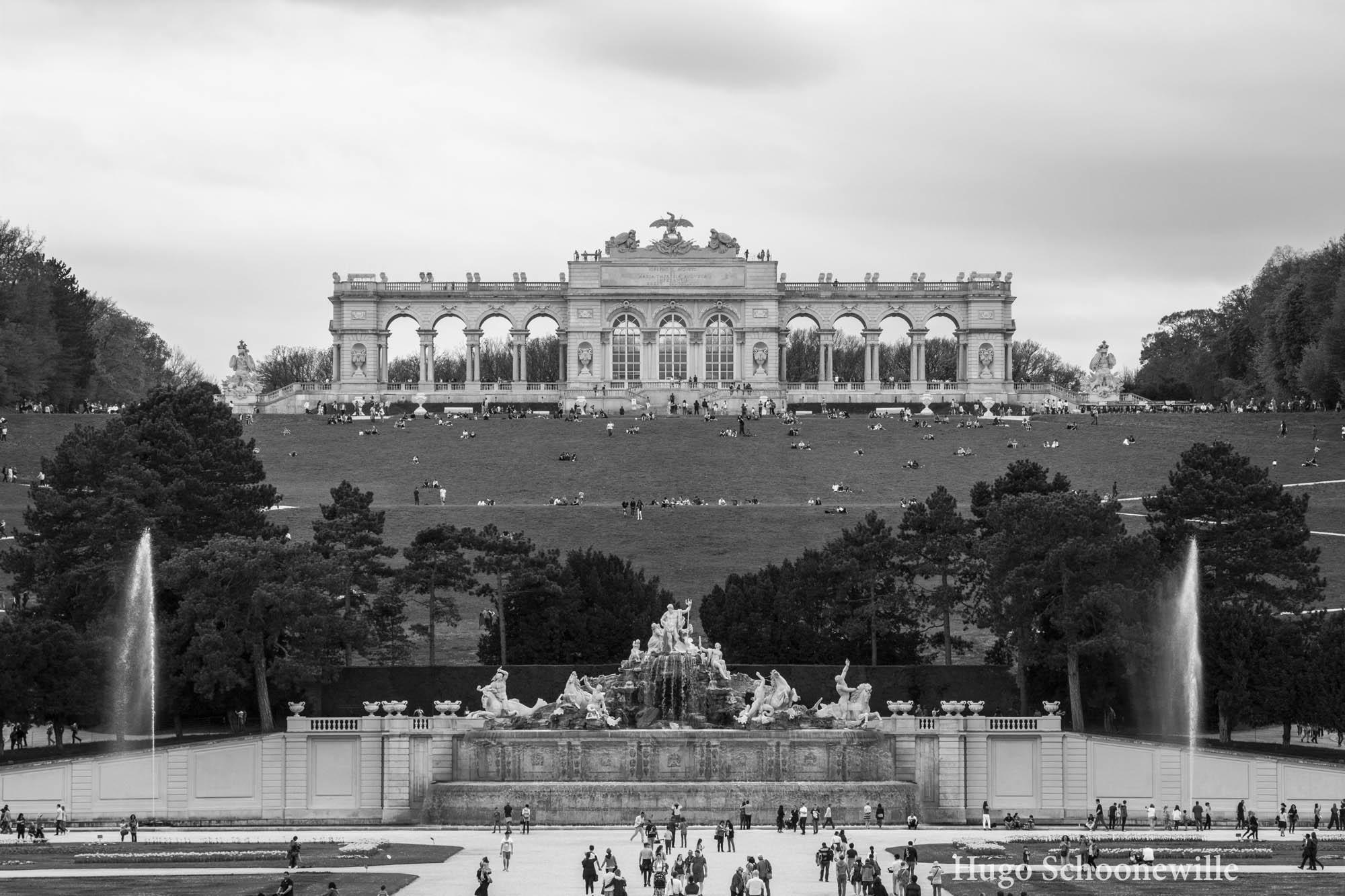 Gloriette, de poort in de tuinen van Schloss Schönbrunn, gezien vanaf het paleis en in zwart-wit.
