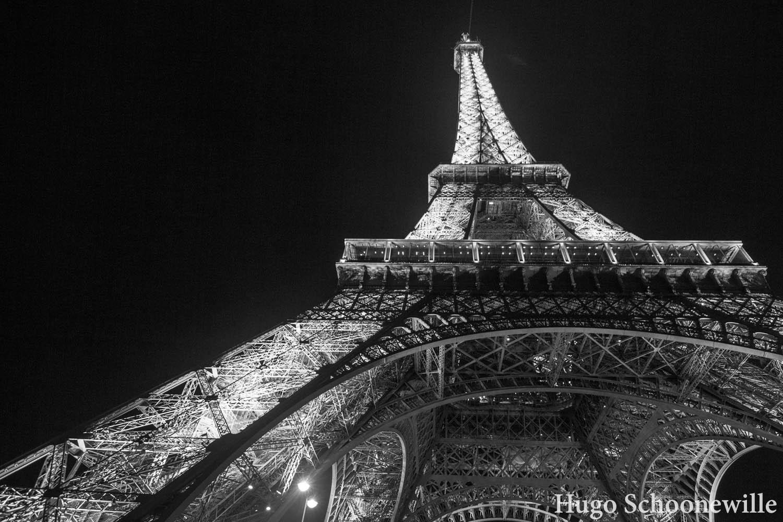 De Eiffeltoren in zwart-wit van beneden