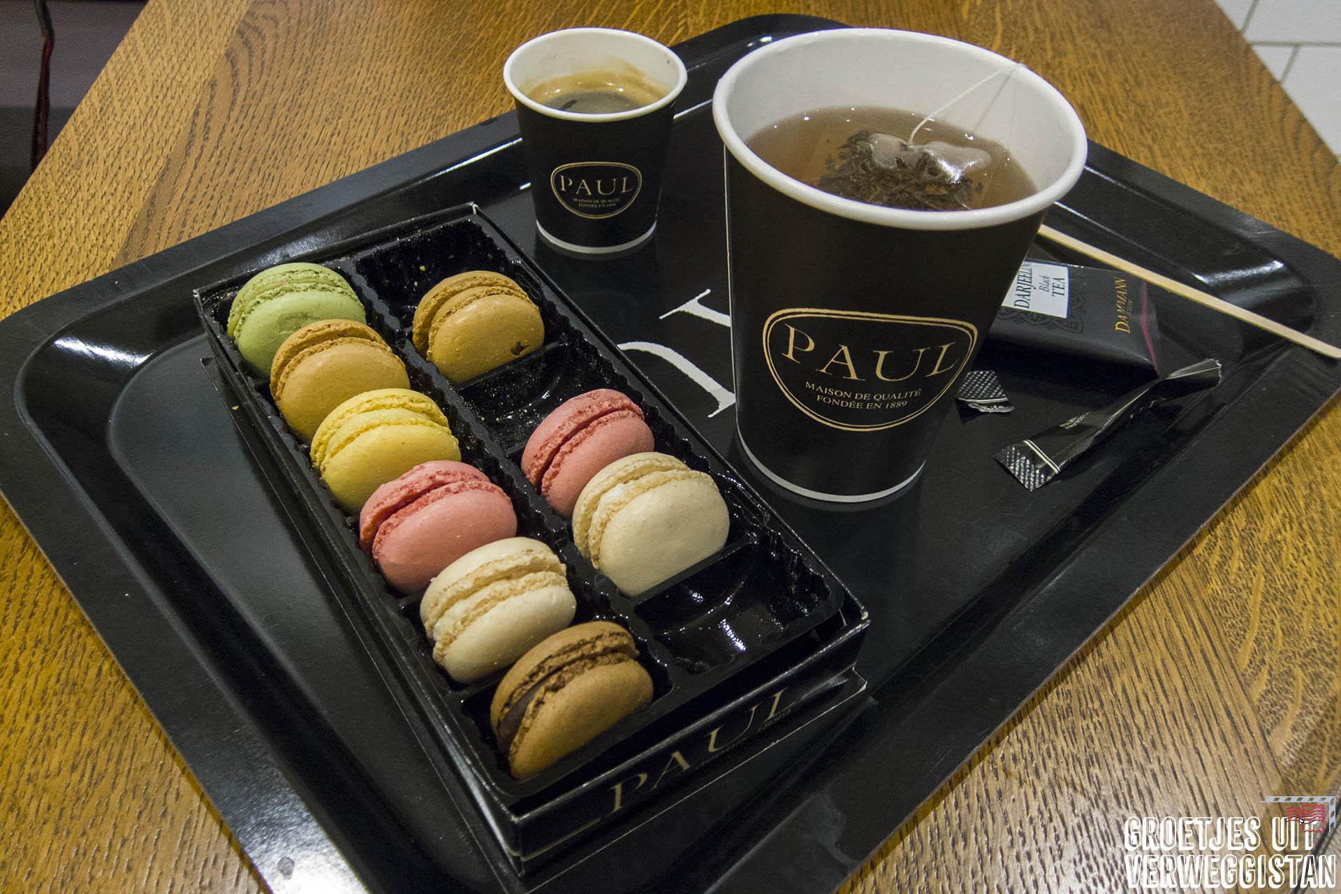 Macarons en thee van bakkerij Paul in Montmartre.
