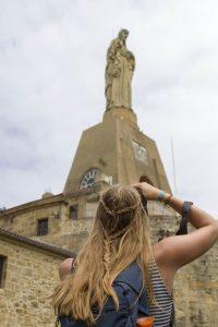 Manouk maakt een foto van een standbeeld in San Sebastian