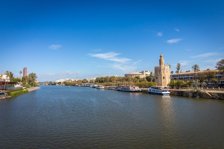 Torre del Oro aan de overzijde van de rivier Guadalquivir