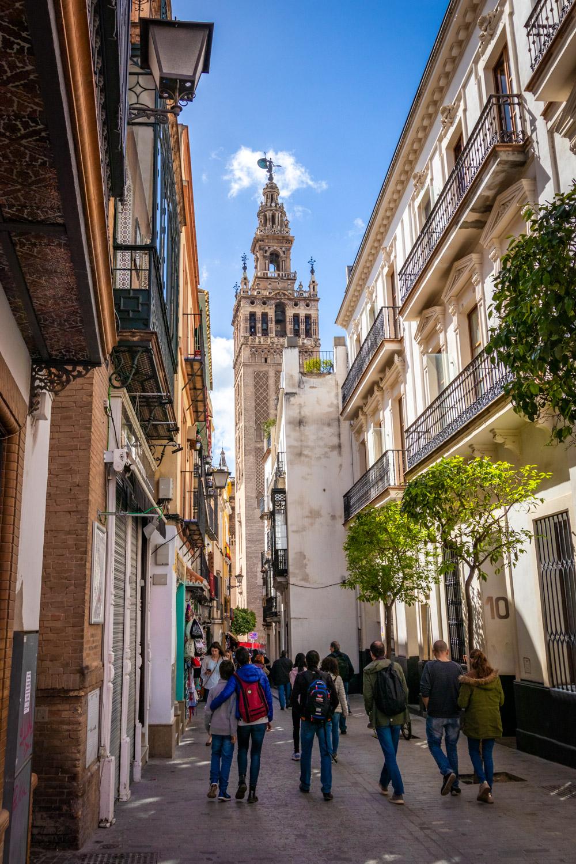 De minaret Giralda gezien vanuit een zijstraatje in Sevilla