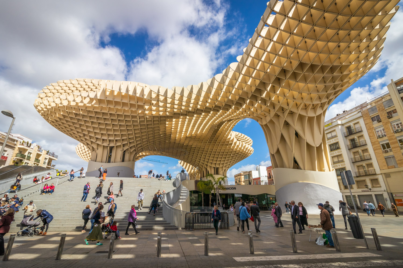 De cremekleurige houten constructie Metropol Parasol of Las Setas in Sevilla van beneden gezien