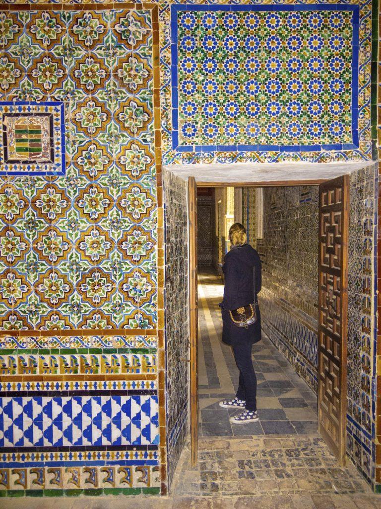 Manouk in een deuropening is Casa de Pilatos, omringd met gekleurde azulejos
