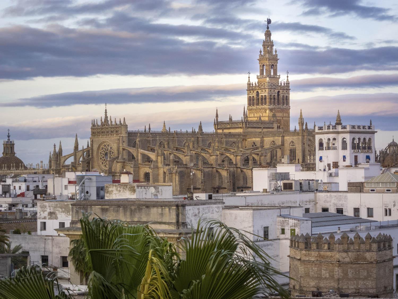De kathedraal van Sevilla gezien vanaf Torre del Oro