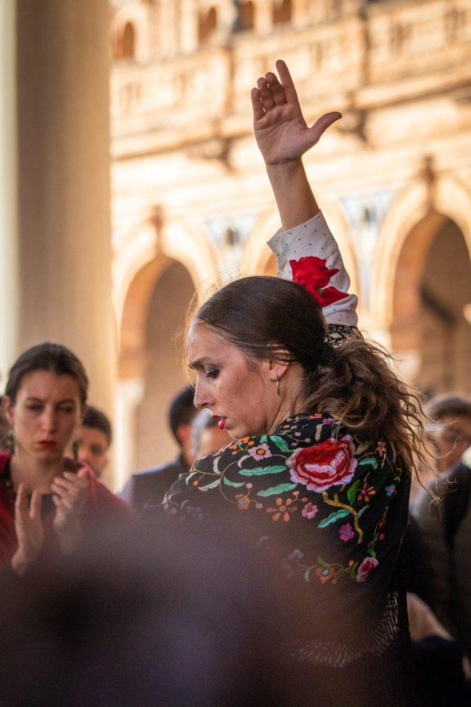 Flamencodanseres op Plaza de España tijdens een stedentrip Sevilla met een arm in de lucht