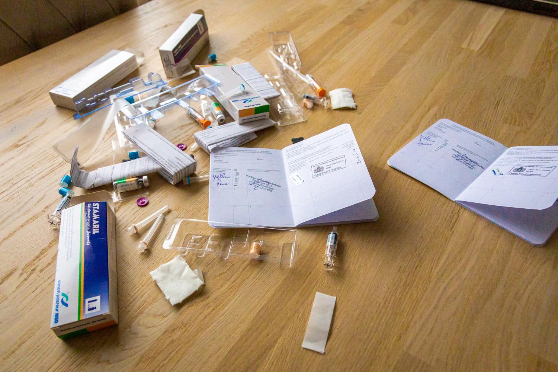 Tafel vol met doosjes, afval en gele boekjes na bezoek van Thuisvaccinatie.nl voor reisvaccinaties