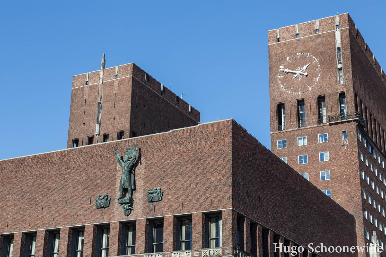 De buitenzijde met de toren van het stadhuis of Radhus Oslo,