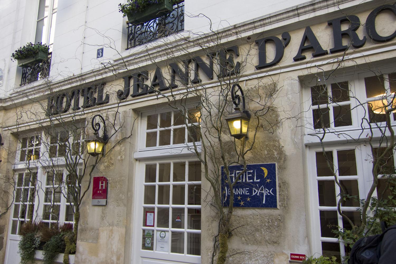 Voorgevel van Hotel Jeanne d'Arc in Le Marais in Parijs.