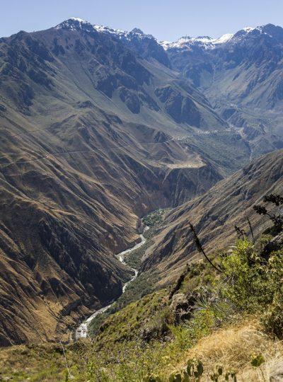 De Colca Canyon met de rivier Colca in het dal