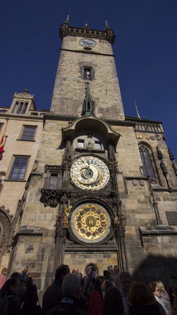 De astronomische klok in Praag van dichtbij, zodat je alle schijven goed kunt zien.