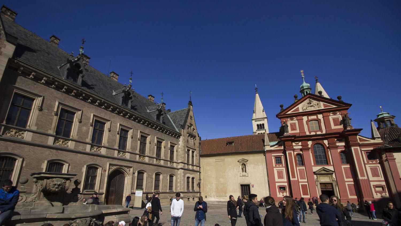 De rode St. George's Basilica achter de Sint Vituskathedraal.