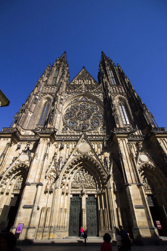 Sint Vituskathedraal in Praag vanaf de voorzijde
