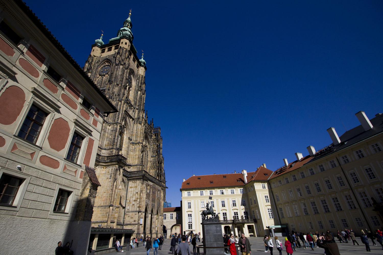 Het plein in de Burcht van Praag met de klokkentoren
