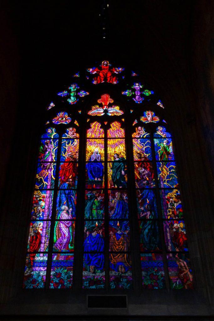 Het kleurrijke glas-in-loodraam in de Sint Vituskathedraal in Praag.