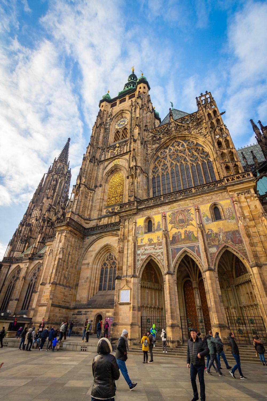 De Sint Vituskathedraal vanaf de voorzijde