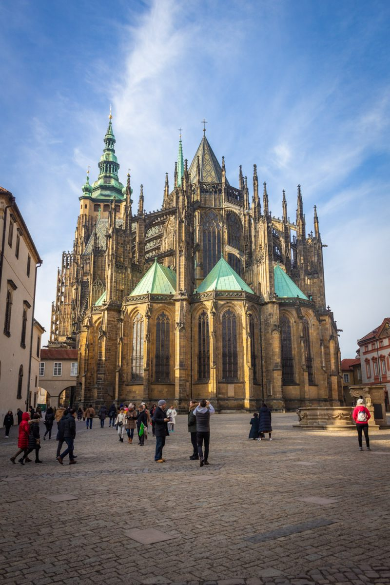 Sint Vituskathedraal in Praag vanaf de achterzijde in de zon