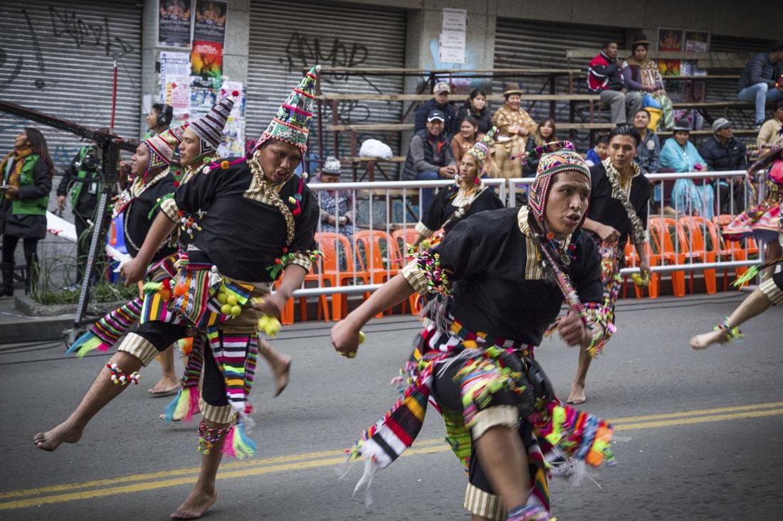 Mannelijke dansers in de straten van La Paz
