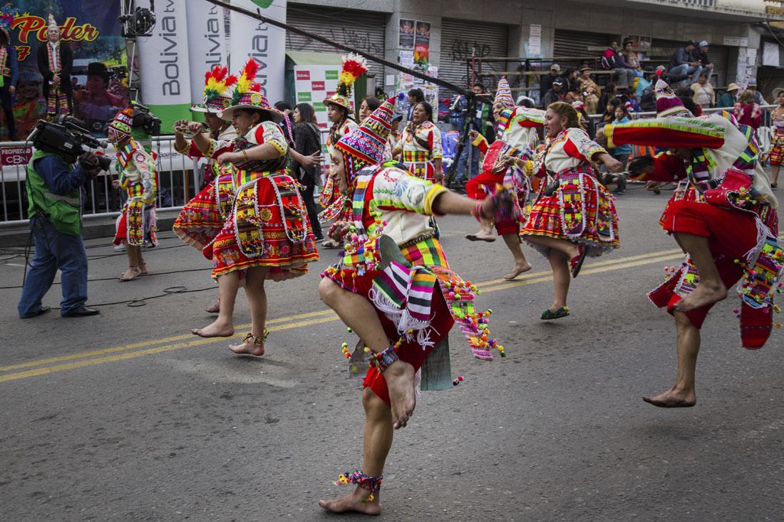 Dansers in de straten van La Paz met felgekleurde kleding