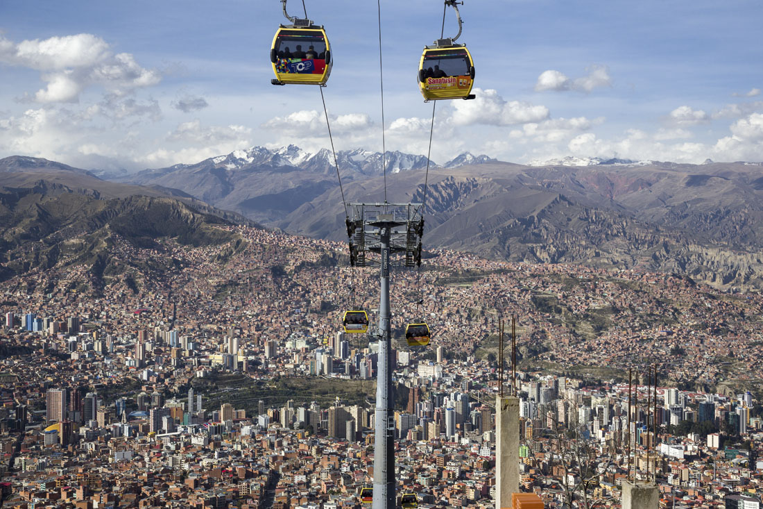 Gele teleferico over de stad La Paz