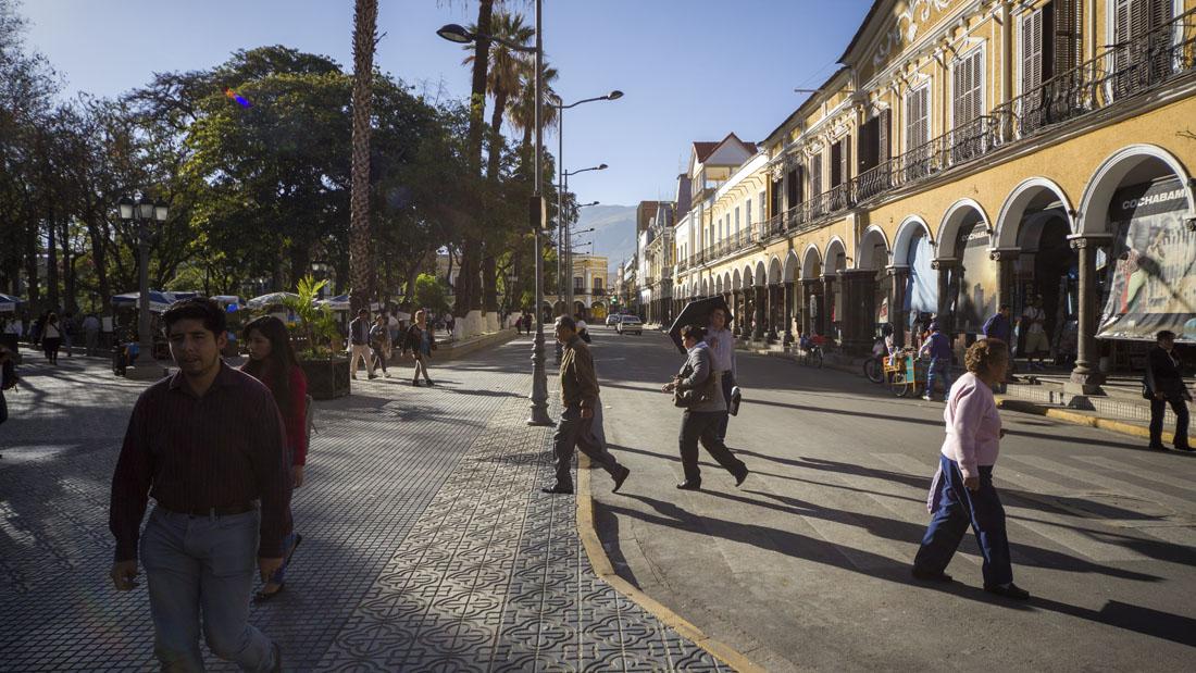 Mensen wandelen over Plaza 14 de Septiembre in Cochabamba