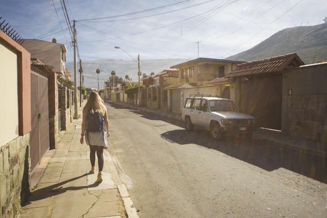 Manouk loopt door de zonnige straten van Cochabamba