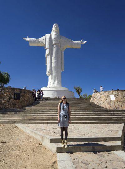 Manouk met het witte Jezusbeeld in Cochabamba
