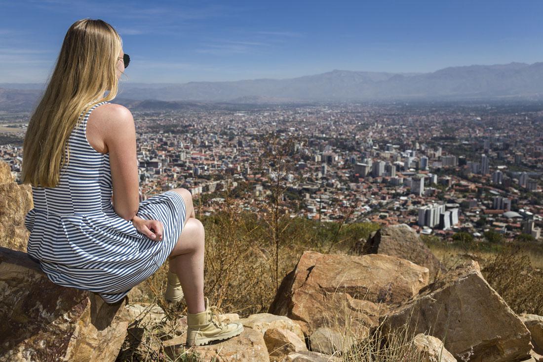 Manouk kijkt naar het uitzicht over Cochabamba