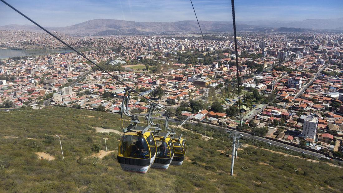Teleférico in Cochabamba gaat de berg op, met de stad op de achtergrond