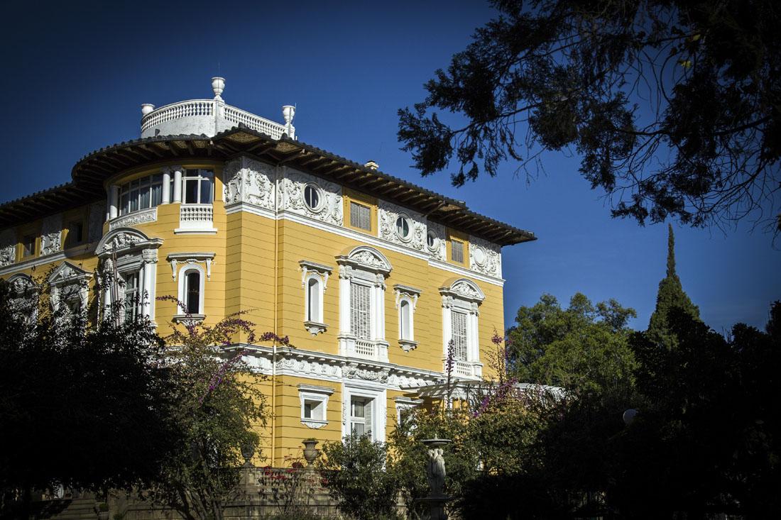 Het gele Palacio Portales tussen de bomen