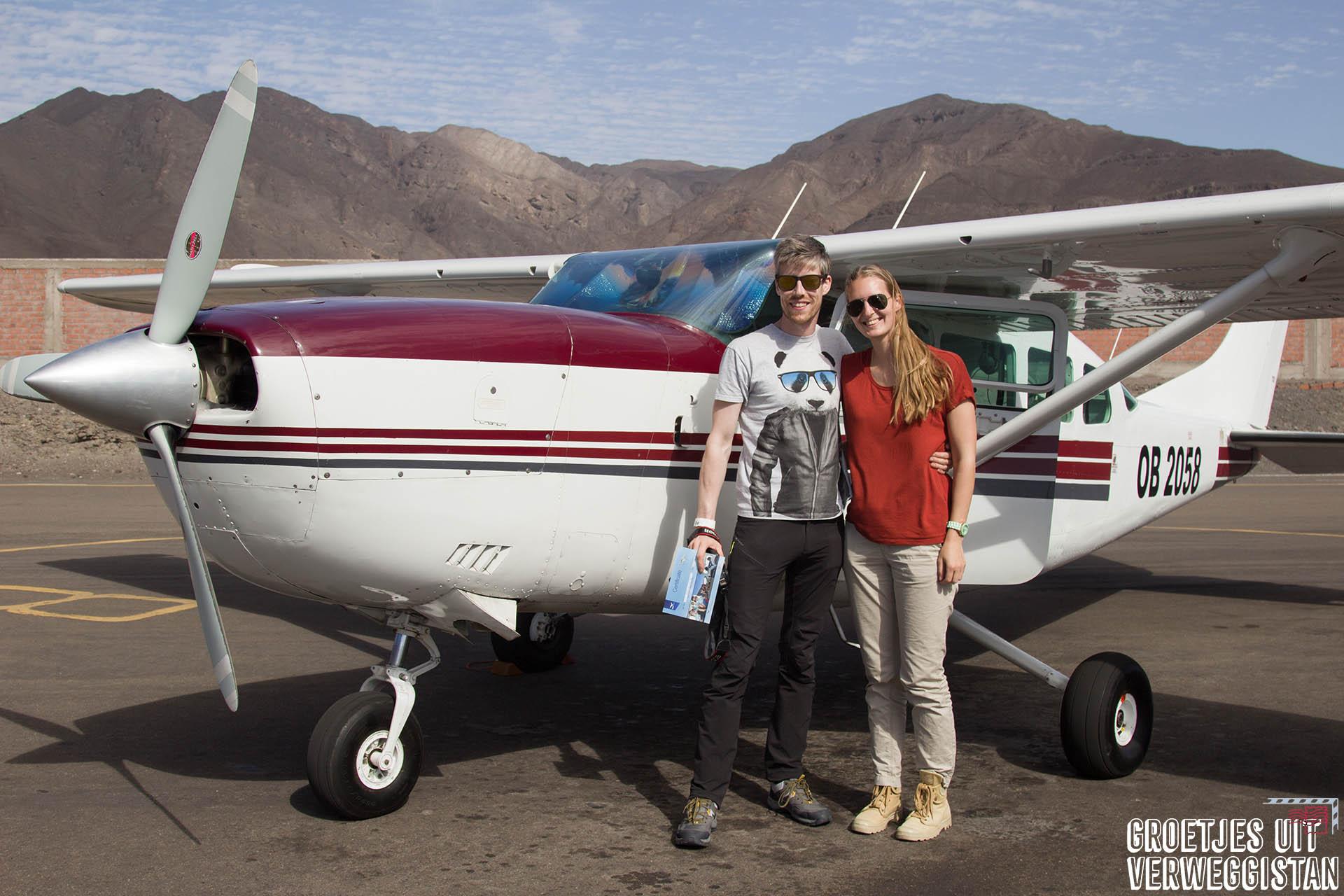 Manouk en Hugo voor een vliegtuig van AeroNasca.