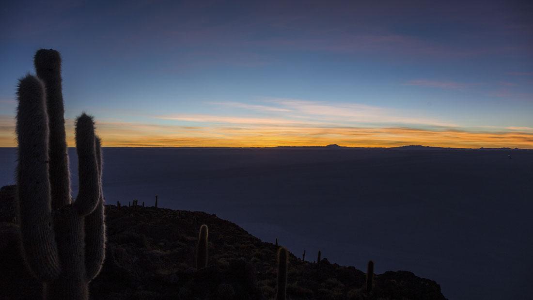 Zonsopkomst vanaf cactuseiland Isla Incahuasi over Salar de Uyuni