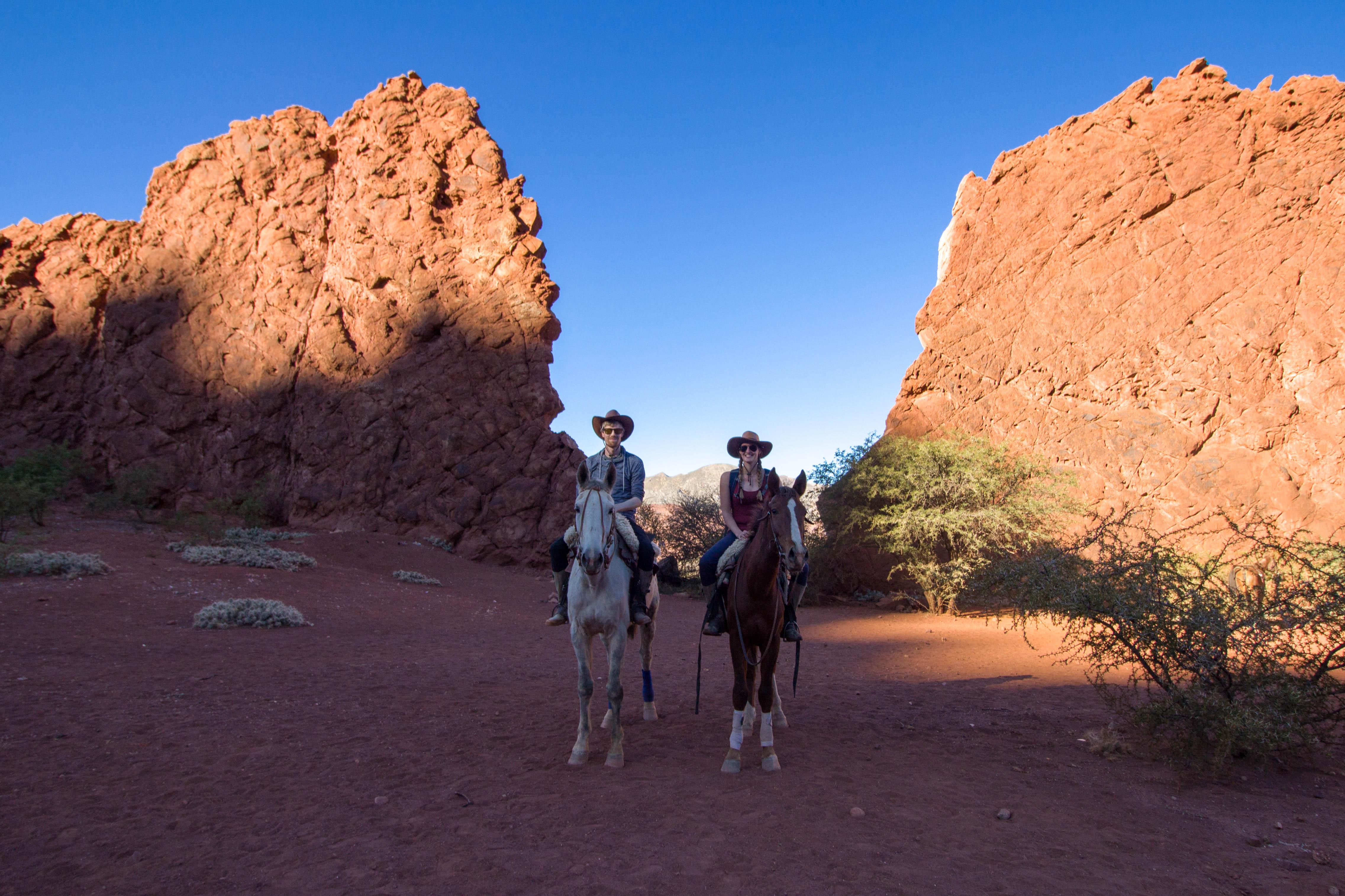 Manouk en Hugo op paarden in Tupiza