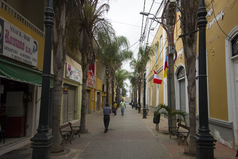 De lege, ietwat deprimerende straten van Piura