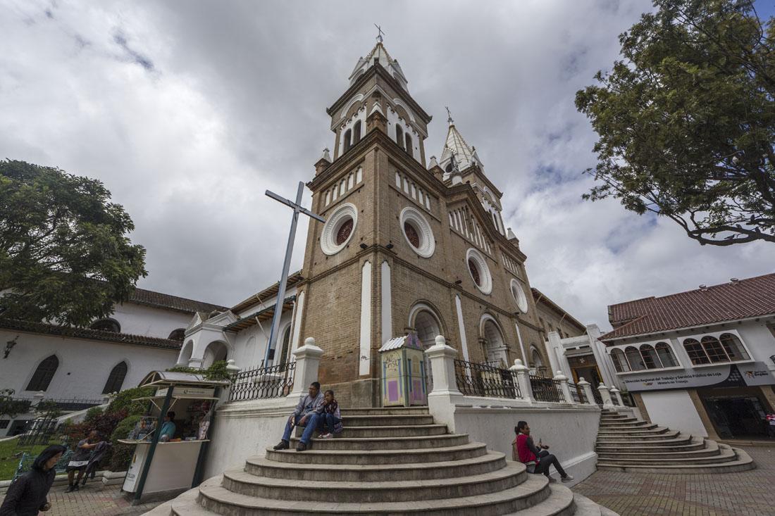 De kerk Santo Domingo in Loja met bewolkte lucht