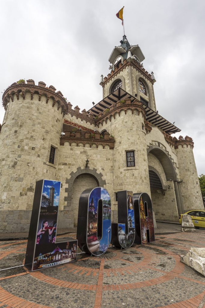 De stadspoort van Loja, een soort klein kasteeltje met de letters Loja er groot voor.
