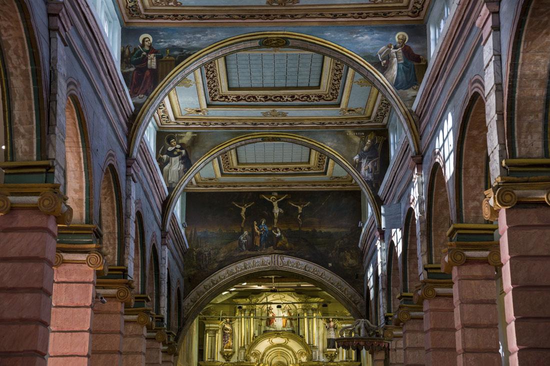 Het blauwe plafond en kleurrijke interieur van de oude kathedraal van Cuenca