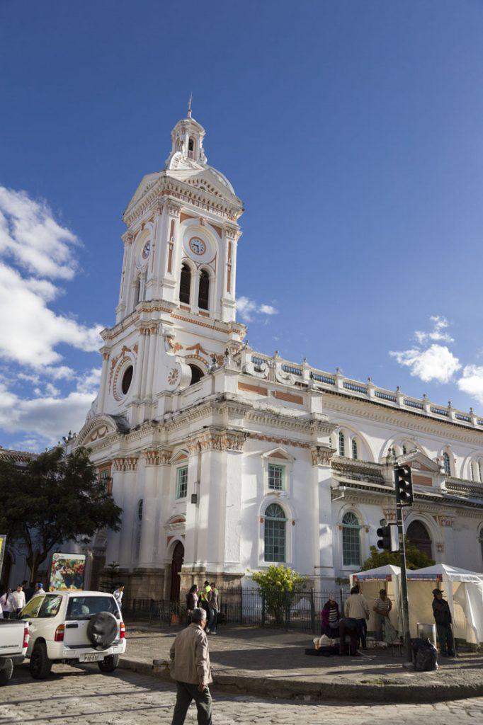 De mooie witte Catedral Viejo in Cuenca tegen een felblauwe lucht
