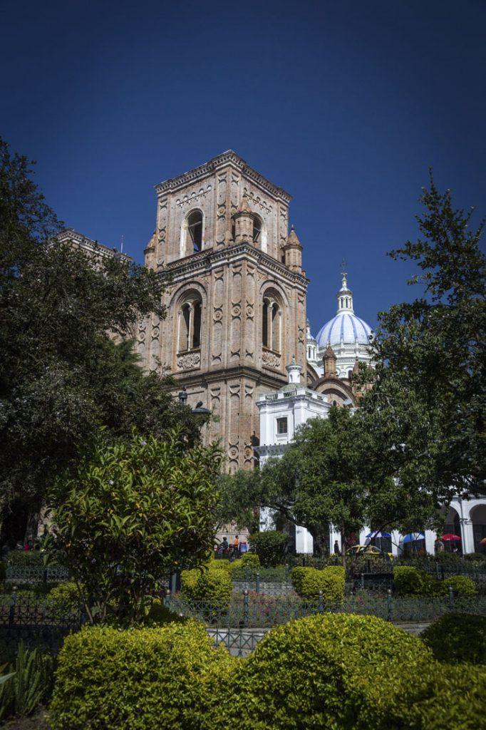 De oude kathedraal met toren en blauwe koepel in Cuenca.