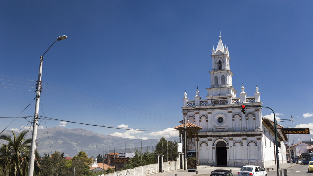 Witte kerk langs de weg in Cuenca