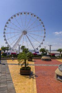 De boulevard van Guayaquil met geel-rode stenen op de grond en een reuzenrad