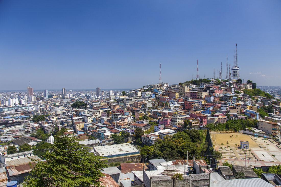 Gekleurde huisjes op de heuvel Cerro Santa Ana gezien vanaf de naastgelegen heuvel
