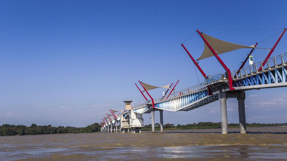 De blauw met rode brug naar Isla Santay in Guayaquil