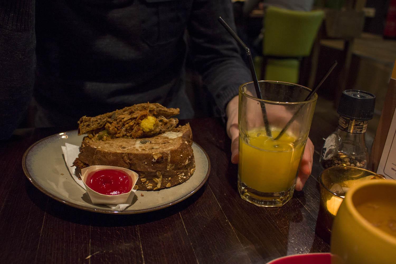 Tosti pulled pork met sinaasappelsap bij Huize Kwast in Leeuwarden