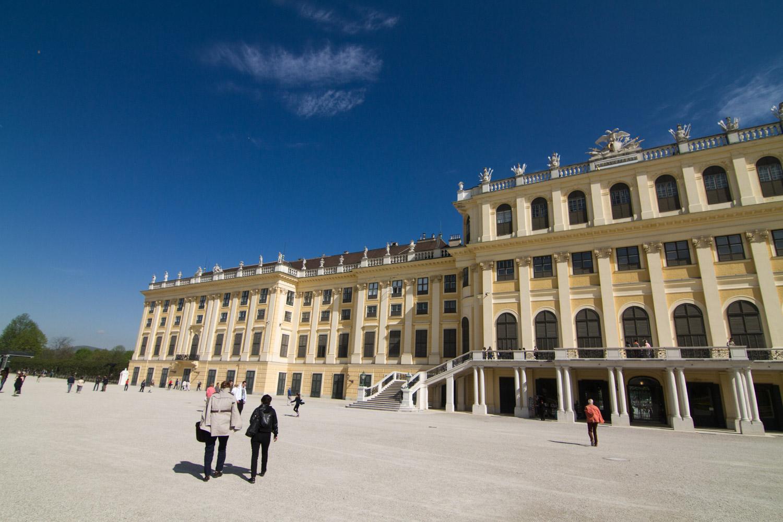 Het gele Schonbrunn paleis in Wenen tegen een blauwe lucht