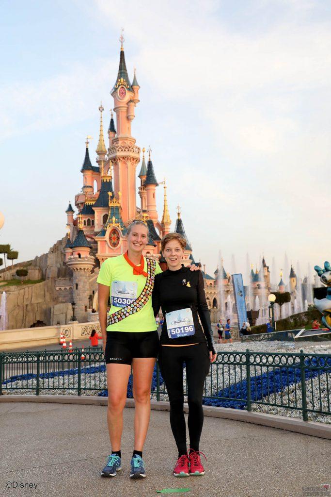 Manouk en Susan voor het kasteel tijdens de Disneyland Paris Half Marathon