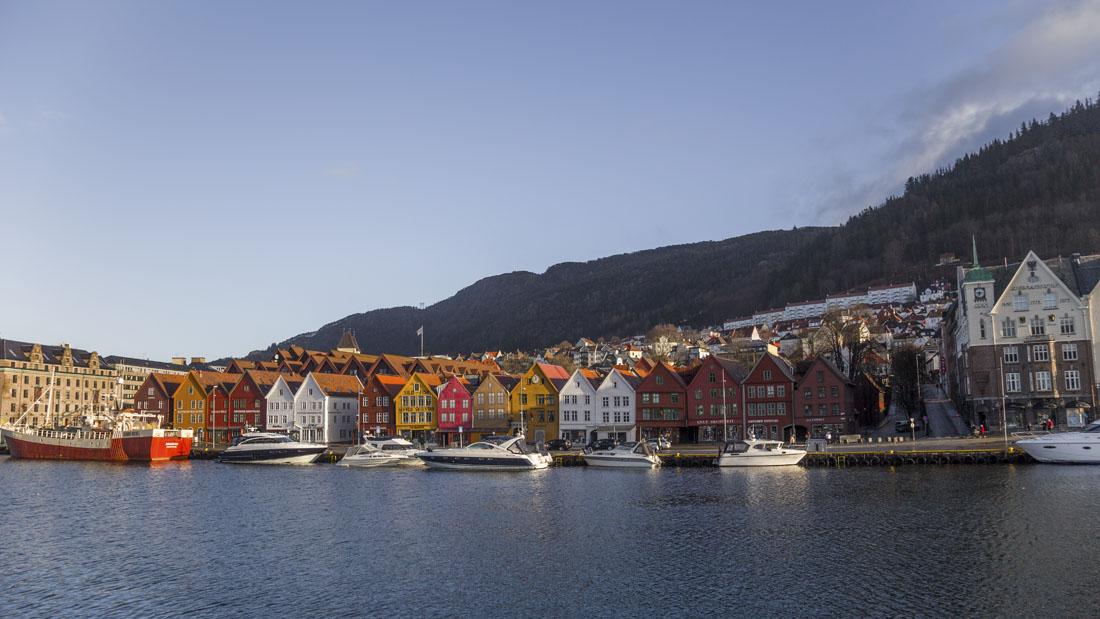 Uitzicht over de gekleurde huisjes Bryggen in Bergen in Noorwegen