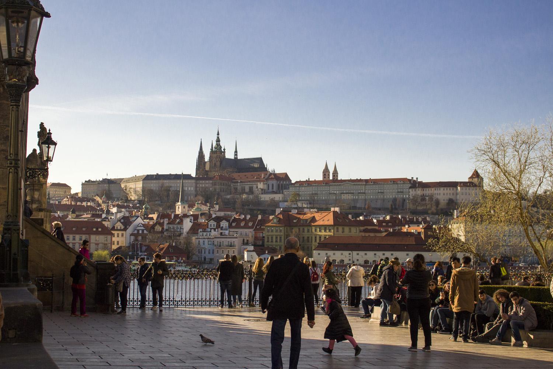 Uitzicht over de burcht van Praag op de heuvel vanuit de stad
