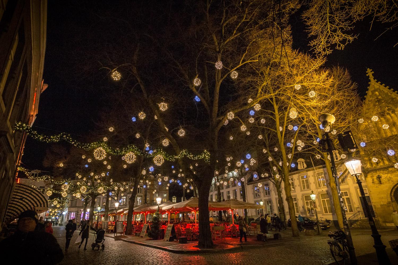 Kerstlichtjes in de straten van Maastricht in het donker