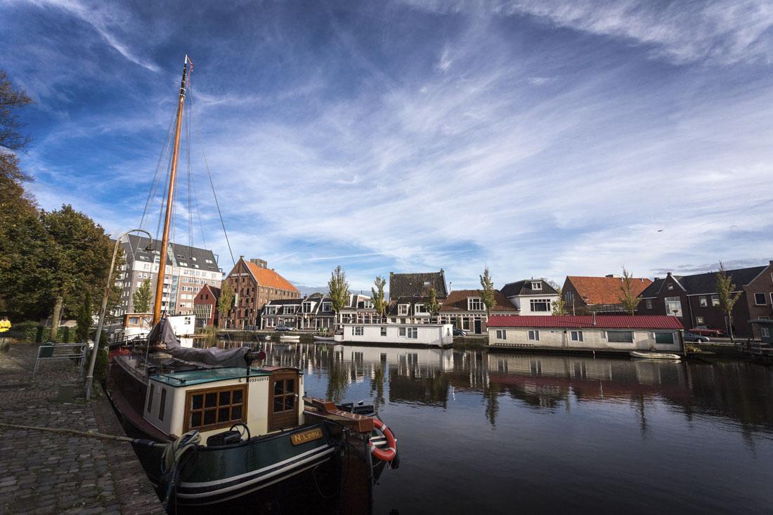 Nederlands straatje aan het water in Leeuwarden